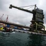 Attivisti di Greenpeace si appendono ad una gru di una centrale a carbone