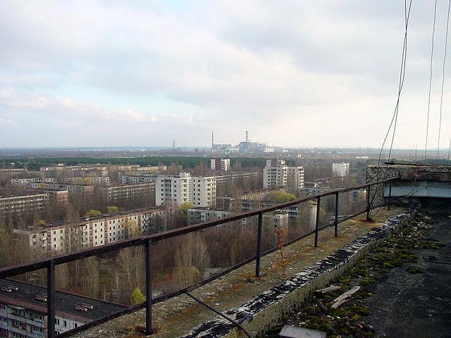 La città di Pripyat, abbandonata dpo il disastro di Chernobyl. La centrale è visibile in lontananza