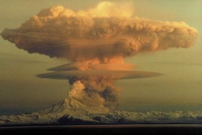 Il vulcano Redoubt in una eruzione del 1990