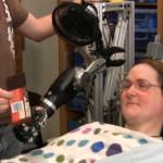 Donna tetraplegica muove braccio robotico con i pensieri