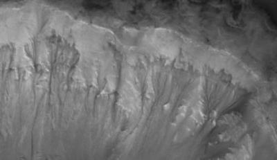 'Linee di pendenza' che scolpiscono le pareti del Palikir Crater su Marte (credit: NASA/JPL/University of Arizona)