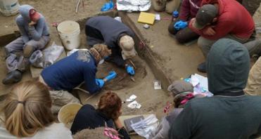 Archeologi del team dell'Univerità di Alaska Fairbanks scavano nel sito di Upward Sun River (crediti: Ben Potter)