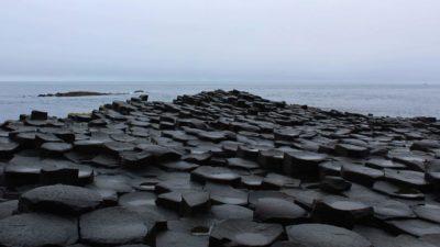 La Giant's Causeway in Irlanda del Nord. Formazione geologica costituita da migliaiadi colonne di basalto formatesi a seguito di eruzioni vulcaniche 60 milioni di anni fa