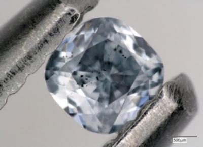 Diamante blu con inclusioni scure di un minerale chiamato ferro-periclasio, esaminato per gli scopi di questo studio. Questa gemma pesa 0,03 carati (crediti: foto di Evan Smith / GIA)