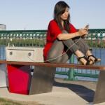 Inventate le panchine che ricaricano gli smartphone