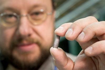 Detlef Kuchler, un fisico del CERN, mostra un pezzo di piombo usato per creare ioni pesanti nell'LHC. Foto: M. Brice / CERN