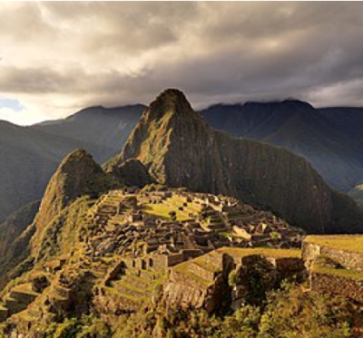 Panoramica del sito di Machu Picchu (Wikipedia)