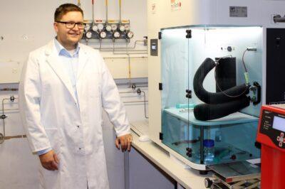 Il dr Martin Riess in laboratorio (foto Christian Wialer)