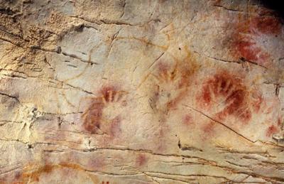 Impronte di mani nelle grotta di El Castillo, in Spagna (crediti: Pedro Saura / Science)