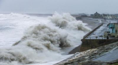 Onde oceaniche che si abbattono sulla costa del Dorset durante l'inverno 2013/14 (crediti: Tim Poate / Università di Plymouth)
