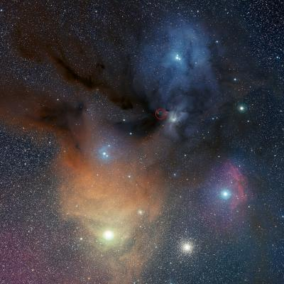 La colorata regione di formazione stellare Rho Ophiuchi, circa 400 anni luce dalla Terra, contiene dense nubi di gas e polvere cosmica, in cui stanno nascendo nuove stelle. Le nubi sono per lo più costituite da idrogeno, ma contengono tracce di altre sostanze chimiche, e sono gli obiettivi primari degli astronomi a caccia di molecole della vita nello spazio