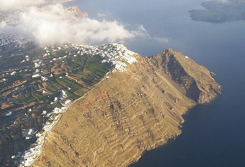 Parte interna della caldera di Santorini, in cui è stato rinvenuto un ramo di ulivo utilizzato per la datazione dell'eruzione in Età minoica (3500-3600 a.C.?). (crediti: WSL e Università di Zurigo)