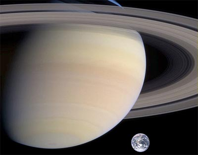 Saturno e la sua comparazione con la nostra Terra in una ricostruzione grafica. Gli anelli di Saturno sono composti in gran parte di acqua e la loro larghezza  varie volte il diametro della Terra