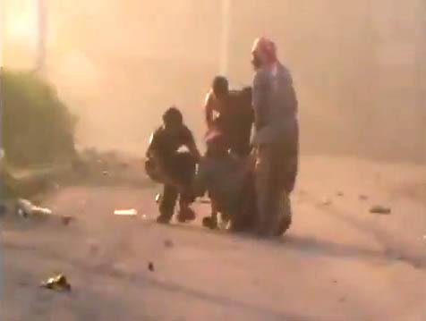 Siria, ferito viene portato via dai compagni