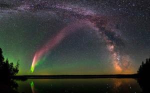 Strisce colorate nei cieli notturni. Ma non è un'aurora boreale