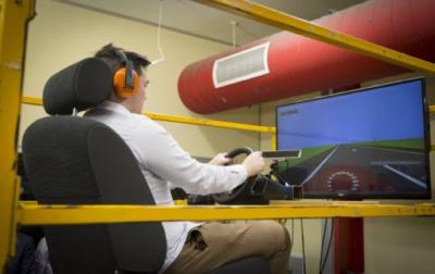 Volontari al simulatore di guida, che riproduce vibrazioni a frequenze diverse (crediti: RMIT University)