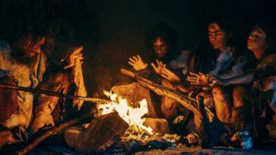 Raffigurazione di primi esseri umani attonro ad un fuoco (foto di repertorio)